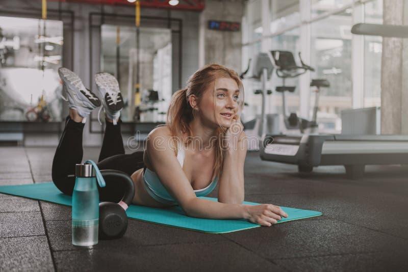 Pi?kna m?oda sprawno?ci fizycznej kobieta pracuj?ca przy gym out obrazy stock