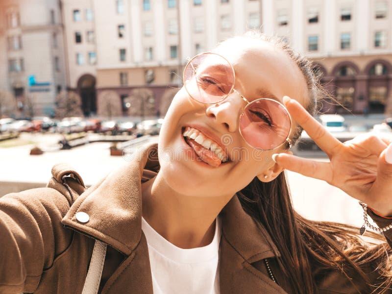 Pi?kna modna dziewczyna pozuje w ulicie zdjęcie royalty free