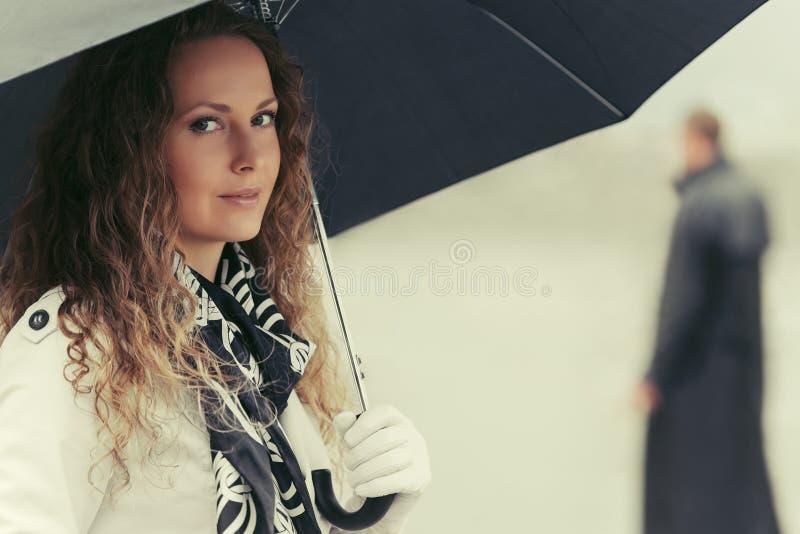 Download Piękna Mody Kobieta Z Parasolem Na Miasto Ulicie Obraz Stock - Obraz złożonej z jesienny, dama: 65226133