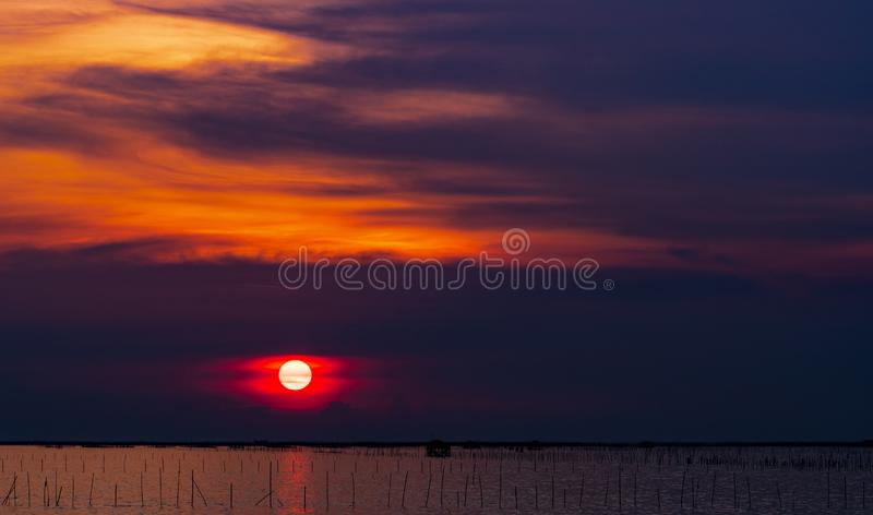 pi?kna nad s?o?ca nad morzem Zmroku - czerwony i pomarańczowy niebo i zmierzch chmury Natury tło dla spokojnego i pokojowego poję zdjęcia stock