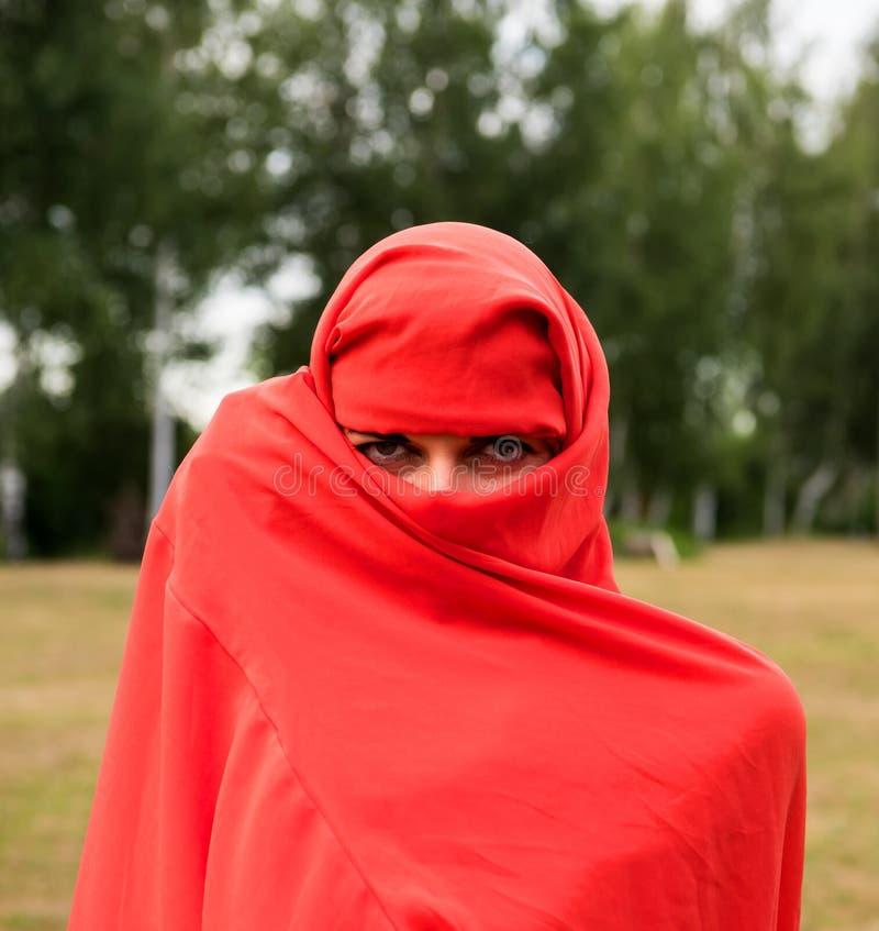 Pi?kna naga kobieta w czerwonej tkaninie zdjęcie royalty free