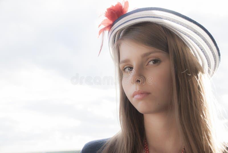 Download Piękna Nastoletnia Dziewczyna W Kapeluszu Zdjęcie Stock - Obraz złożonej z hairball, ramiona: 57668076