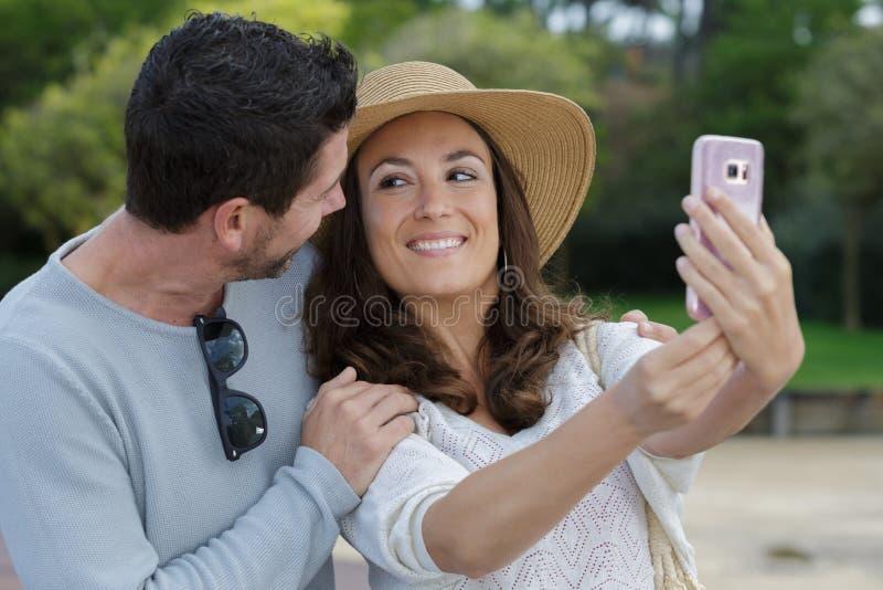Pi?kna para robi selfie fotografia royalty free