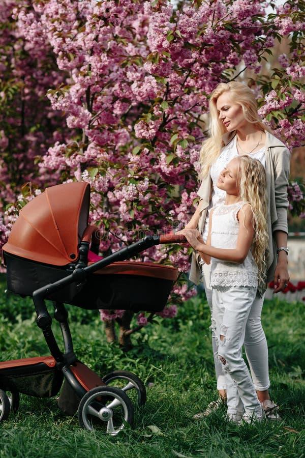 Pi?kna potomstwo matka z dziecko frachtem chodzi zdjęcie royalty free