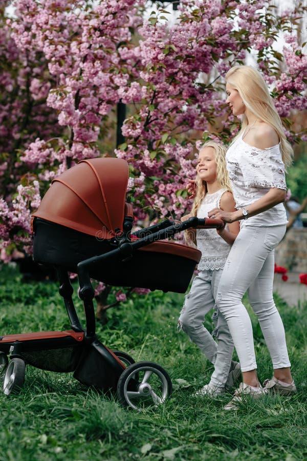 Pi?kna potomstwo matka z dziecko frachtem chodzi obraz royalty free