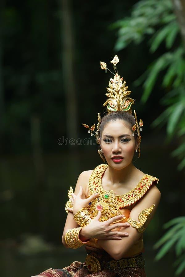 Piękna Tajlandzka dama w Tajlandzkiej tradycyjnej dramat sukni