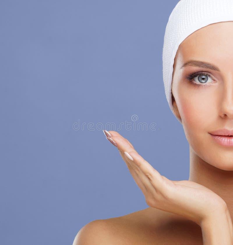 Pi?kna twarz m?oda i zdrowa kobieta Skóry opieki, kosmetyków, makeup, cery i twarzy udźwig, obrazy royalty free