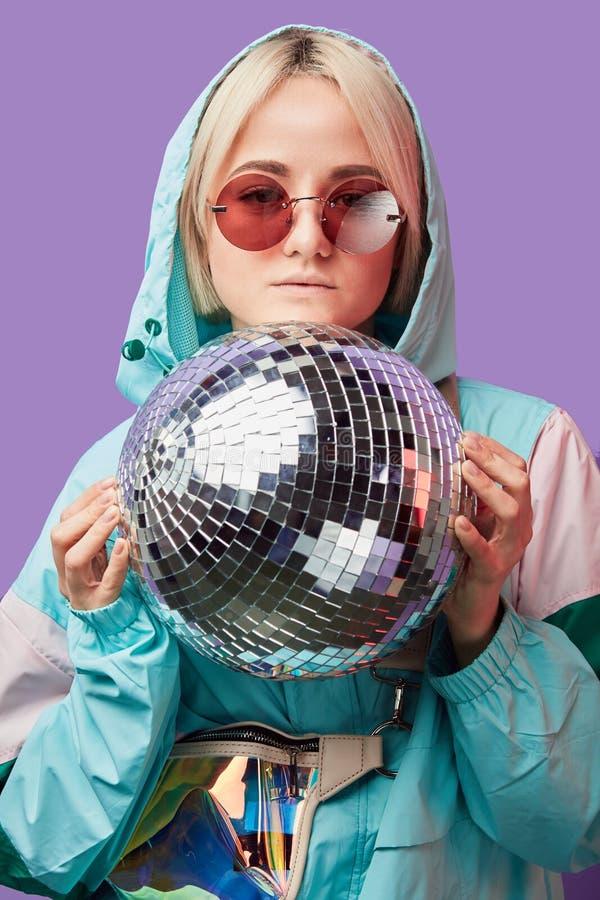 Pi?kna urocza m?oda Azjatycka kobieta pozuje z srebnym discoball obraz stock