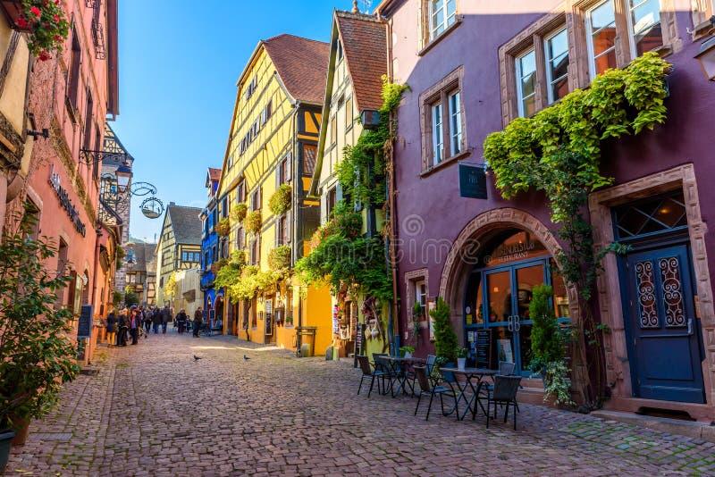 Pi?kna wioska Riquewihr z historycznymi budynkami i kolorowymi domami w Alsace Francja - S?awna winograd trasa obrazy royalty free