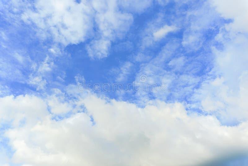Pi?kne bia?e puszyste chmury z niebieskiego nieba t?em Natury pogoda szeroki ob?oczny niebieskie niebo obraz royalty free
