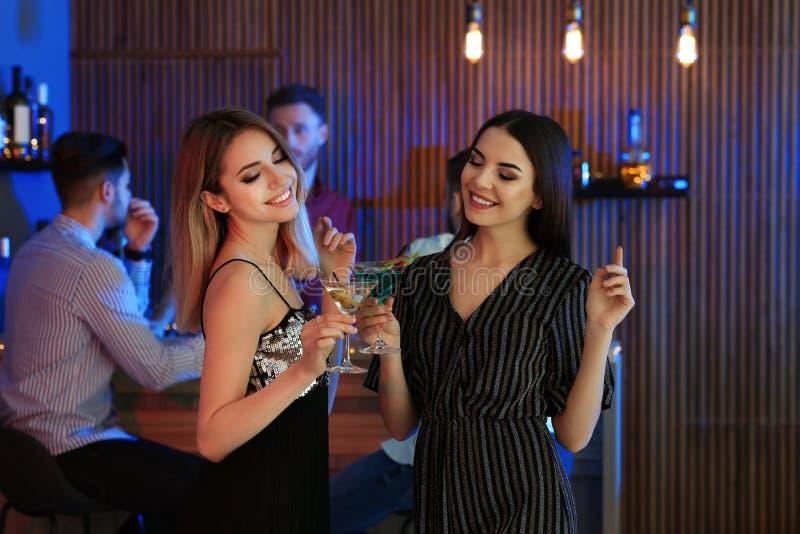 Pi?kne m?ode kobiety z Martini koktajlami fotografia stock