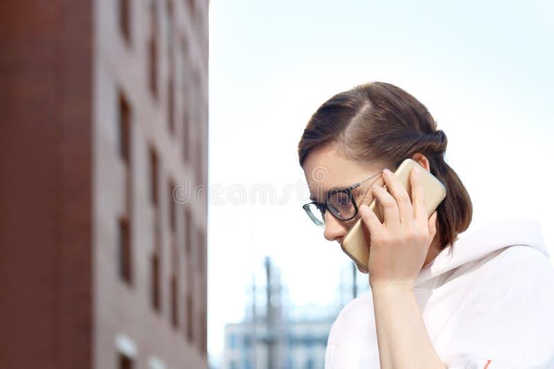 pi?knego kom?rki dziewczyny telefonu target2522_0_ potomstwa obrazy royalty free