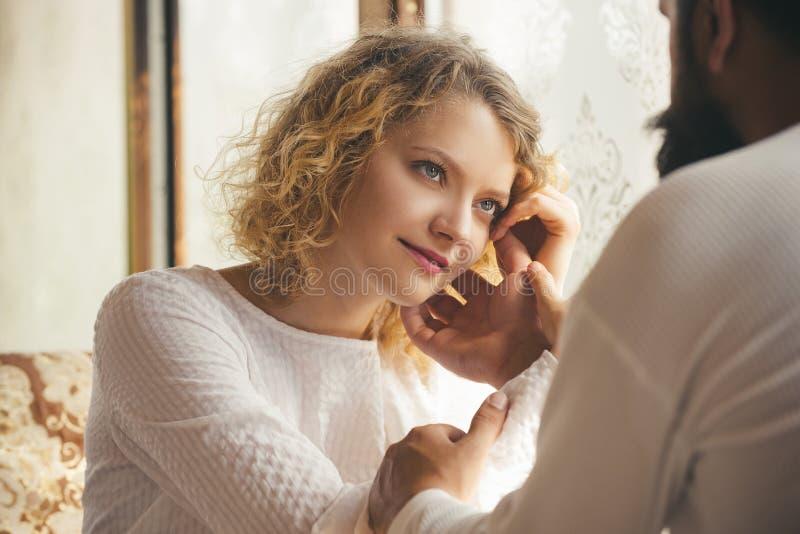 pi?knego sukni menchii portreta zmys?owa dotyka kobieta Intymności zmysłowy pojęcie Romantyczny i mi?o?ci Czułość i intymność Cie zdjęcie stock