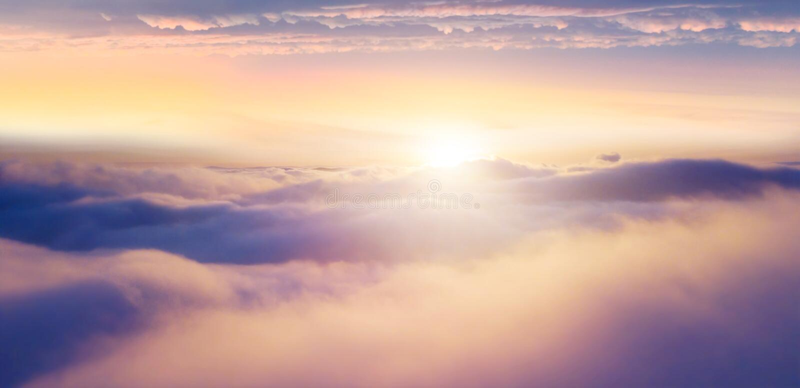 Pi?knego wsch?d s?o?ca chmurny niebo od widoku z lotu ptaka obrazy royalty free