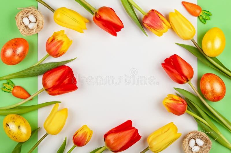 Pi?kni czerwoni tulipan?w kwiaty i Wielkanocni jajka dla wakacje obraz royalty free