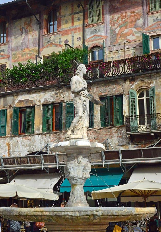Pi?kni okno, balkony i Zatarci fresk, - Verona zdjęcia stock