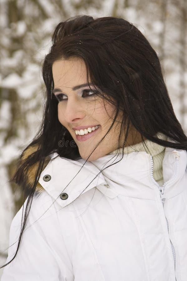 Download Piękni Portreta Kobiety Potomstwa Zdjęcie Stock - Obraz złożonej z kurtka, zimno: 13326254