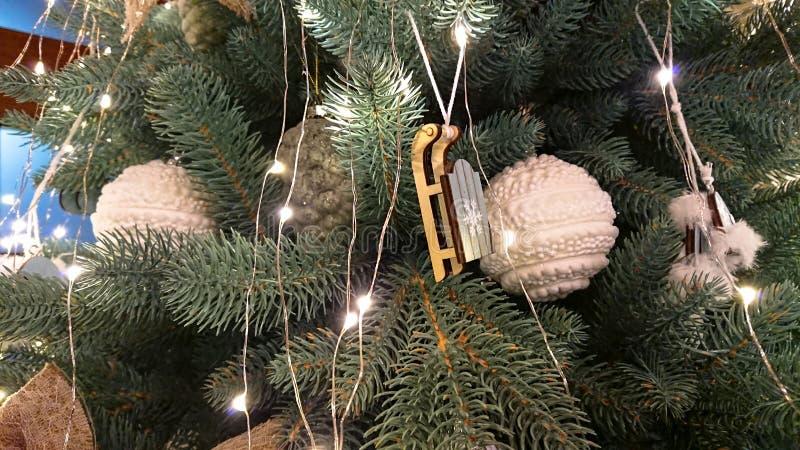 pi?knie bo?e narodzenia dekoruj?cy drzewo kolor t?a wakacje czerwonego ? zdjęcie stock