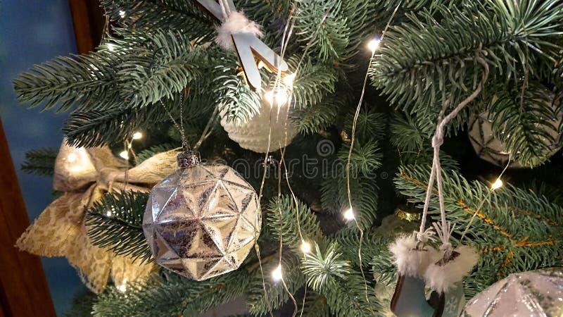 pi?knie bo?e narodzenia dekoruj?cy drzewo kolor t?a wakacje czerwonego ? obrazy stock