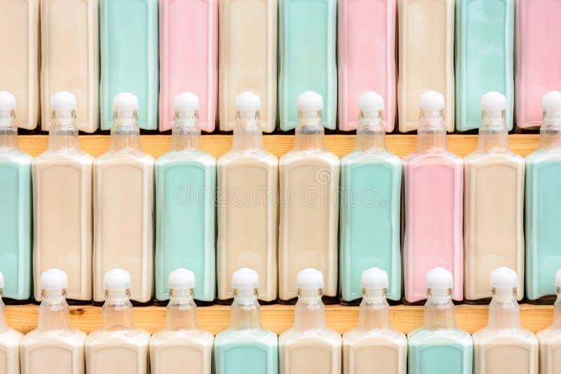 Pi?knie umieszczaj?cy na stojaka oryginale barwi?cym pije z rz?du, fantastyczna tekstura fotografia stock