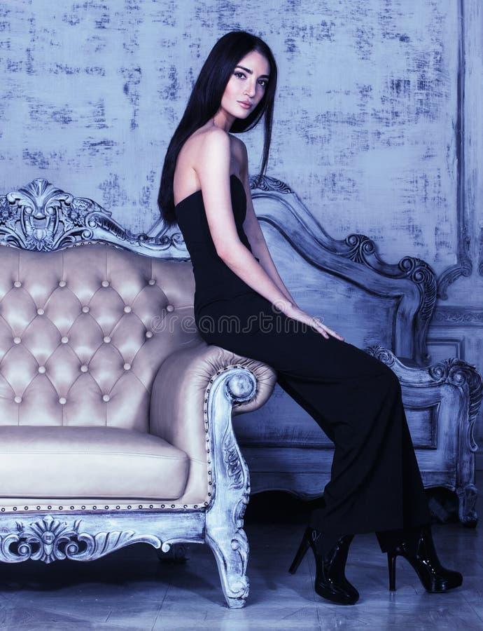 Pi?kno brunetki m?oda kobieta w luksusu domu wn?trzu obrazy stock