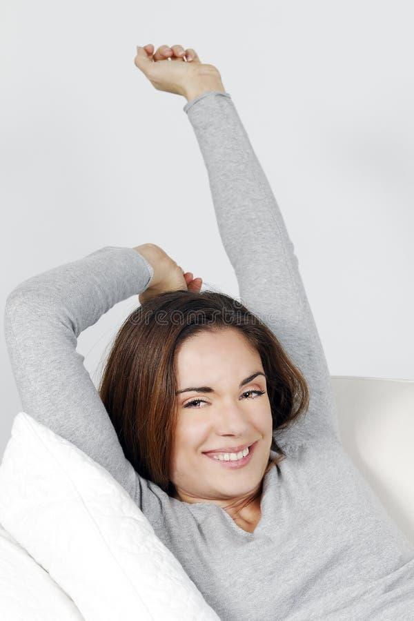 Download Piękno Kobieta Relaksuje Na Kanapie Obraz Stock - Obraz złożonej z pokój, human: 28968279