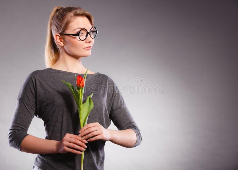 Pi?kno kobieta z tulipanowym kwiatem zdjęcia stock