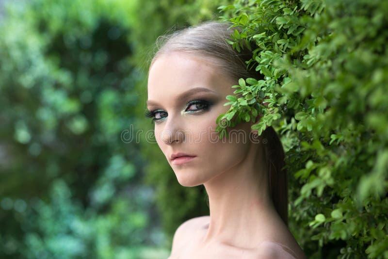 Pi?kno model w wiosny lub lata ogr?dzie zdjęcie royalty free