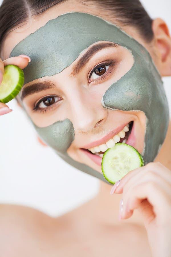 Pi?kno twarzy sk?ry opieka Kobieta z kosmetycznego zdroju twarzową maską zdjęcie stock