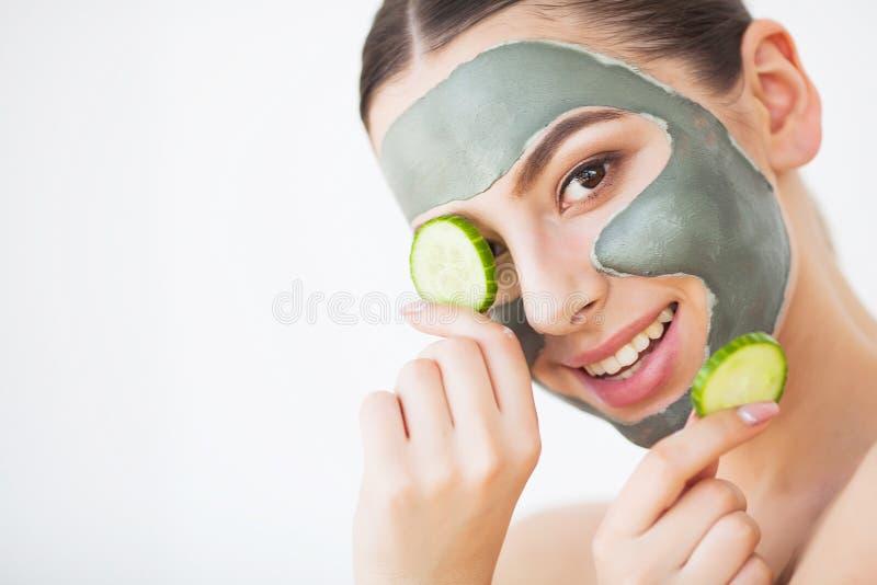 Pi?kno twarzy sk?ry opieka Kobieta z kosmetycznego zdroju twarzową maską obraz stock