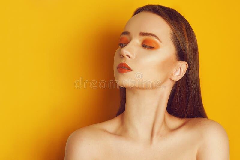 Pi?kno Wzorcowa dziewczyna z pomara?czowym fachowym makeup r Pomara?cze obrazy royalty free