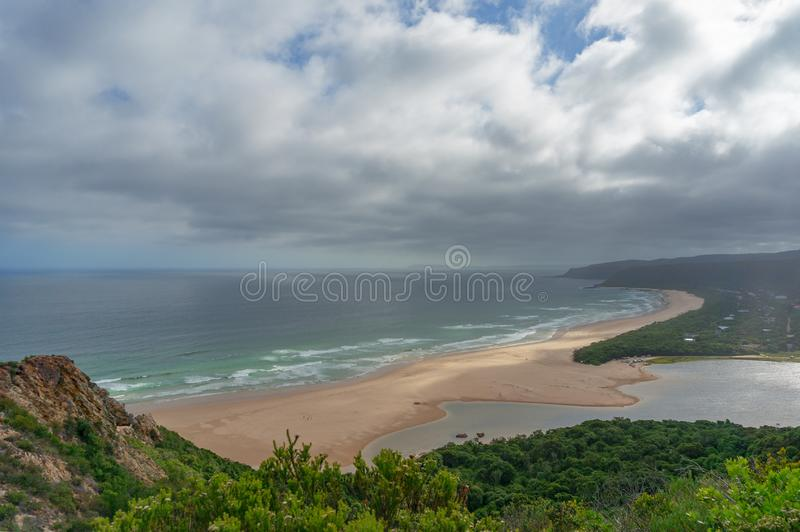 Pi?kny anteny pla?y krajobraz piaskowaty oceanu brzeg i ziele? las obraz stock