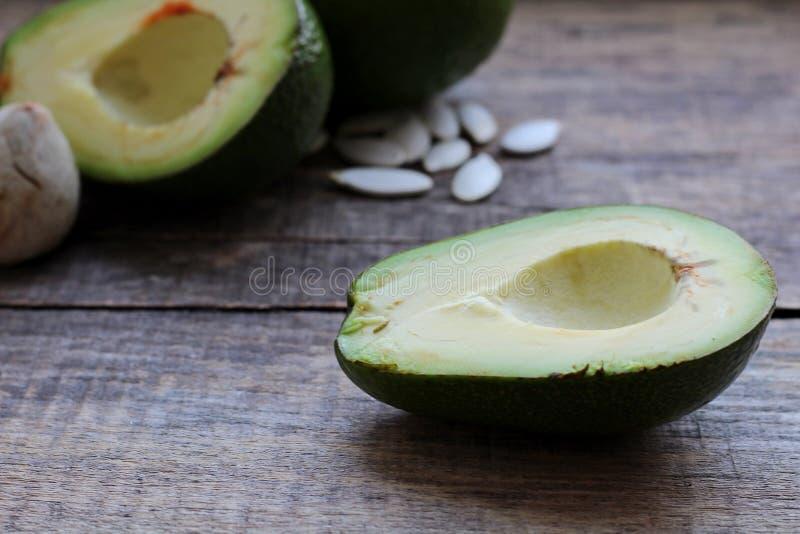 Pi?kny Avocado na Drewnianym tle Poj?cie po?ytecznie jedzenie fotografia stock