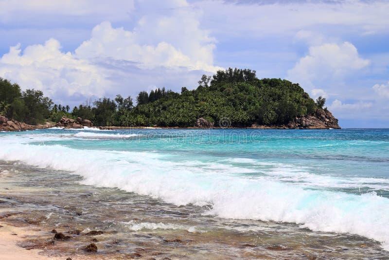 Pi?kny biel wyrzuca? na brzeg na raj wyspach Seychelles fotographed na s?onecznym dniu zdjęcie stock