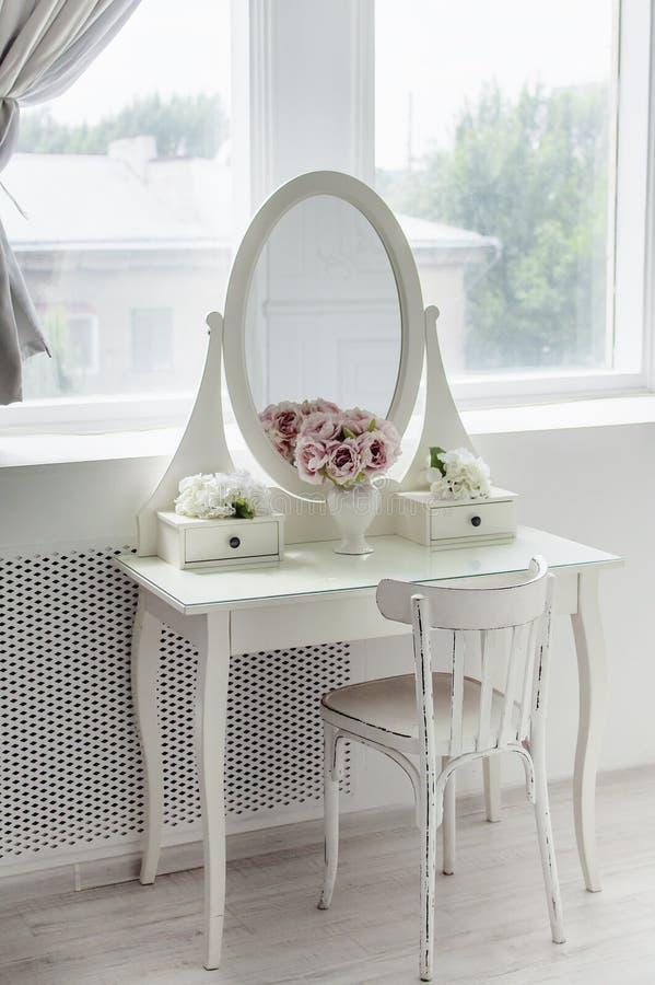 Pi?kny bielu lustro na stole Elegancki jaskrawy wn?trze zdjęcie royalty free