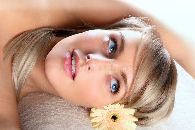 Download Piękny Blondynki Dziewczyny Target435_0_ Zdjęcie Stock - Obraz złożonej z hairball, zdrowy: 13331650