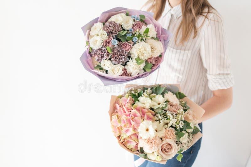 Pi?kny bukiet mieszani kwiaty w kobiety r?ce praca kwiaciarnia przy kwiatu sklepem Delikatny Pastelowy kolor ?wie?y zdjęcia stock