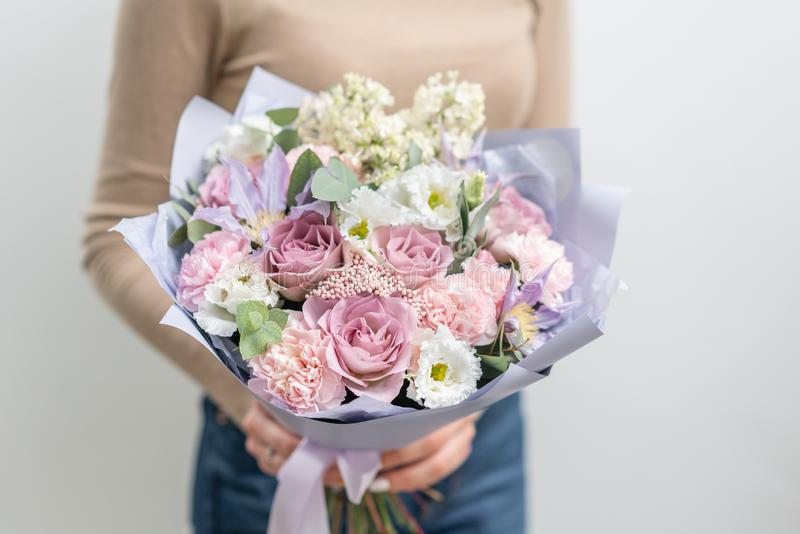 Pi?kny bukiet mieszani kwiaty w kobiety r?ce praca kwiaciarnia przy kwiatu sklepem Delikatny Pastelowy kolor ?wie?y obraz stock