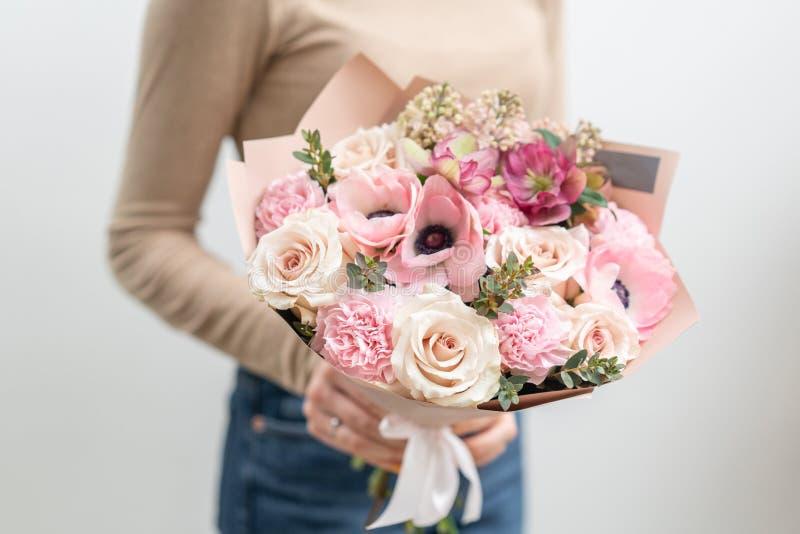 Pi?kny bukiet mieszani kwiaty w kobiety r?ce praca kwiaciarnia przy kwiatu sklepem Delikatny Pastelowy kolor ?wie?y obraz royalty free