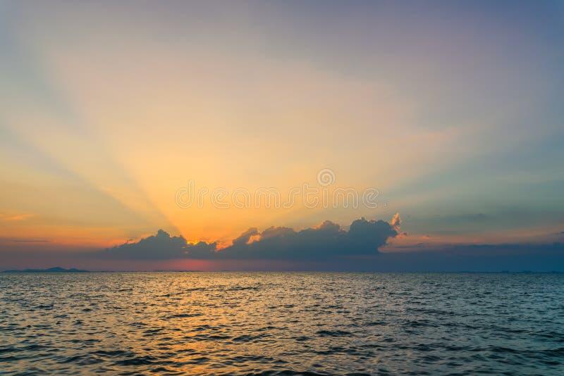 Pi?kny dramatyczny niebo chmurnieje z lekkimi promieniami nad morzem przy zmierzchu czasem Naturalny krajobraz dla t?a obraz stock