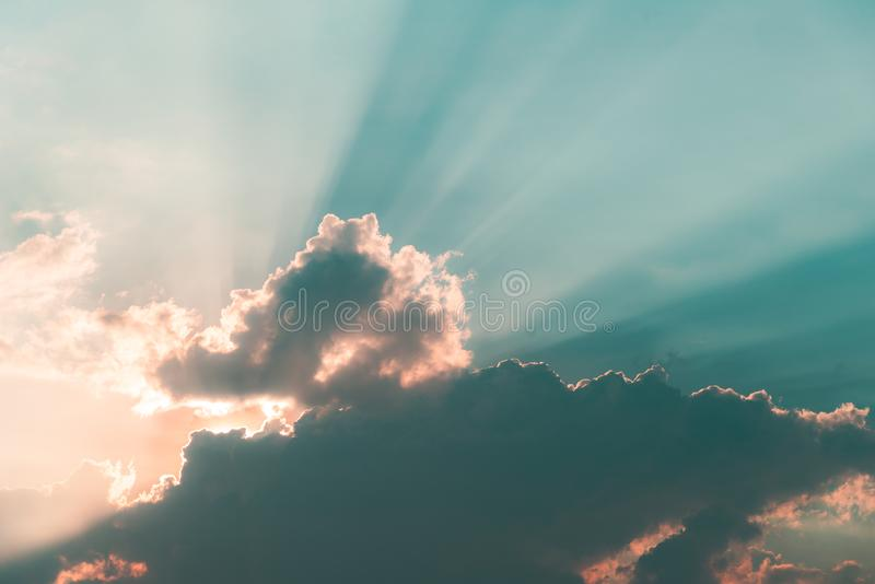 Pi?kny dramatyczny niebo chmurnieje z lekkimi promieniami przy zmierzchem Naturalny krajobraz dla t?a obrazy royalty free