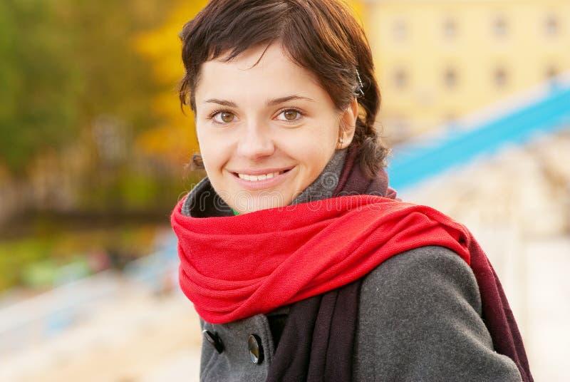 Download Piękny Dziewczyny Czerwieni Szalik Zdjęcie Stock - Obraz złożonej z piękno, model: 13338836