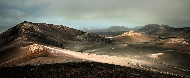 Download Piękny Góra Krajobraz Z Volcanoes Zdjęcie Stock - Obraz złożonej z widok, natura: 53791690
