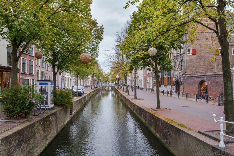 Pi?kny historyczny stary kana? w centrum Delft, holandie obrazy royalty free