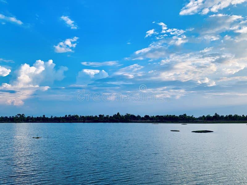 Pi?kny jezioro i niebo zdjęcie stock
