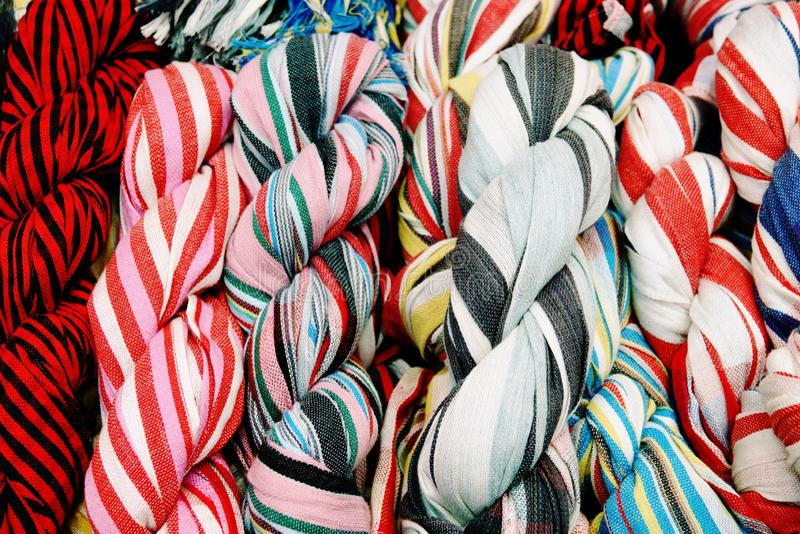 Pi?kny kolor organicznie handmade, prz?dza, surowa dla bawe?nianego jedwabiu fotografia royalty free