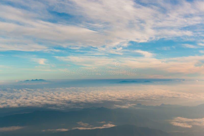 Pi?kny krajobraz z chmurnego nieba widokiem od wierzcho?ka Mt fuji zdjęcie stock