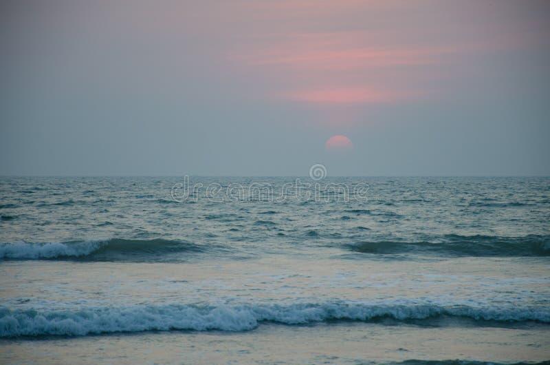 Pi?kny krajobraz zmierzch na seashore obrazy stock