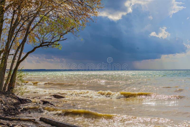 pi?kny krajobrazowy morze Jezioro z falami, widok od dzikiej pla?y fotografia royalty free