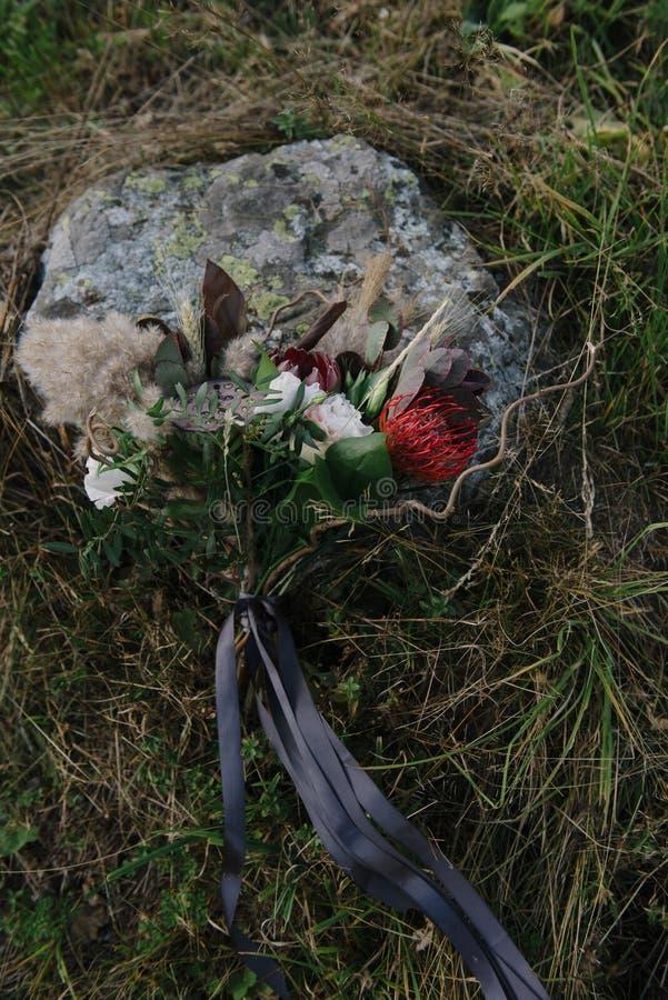pi?kny ?lubny bukiet biali kwiaty k?ama na trawie obrazy stock
